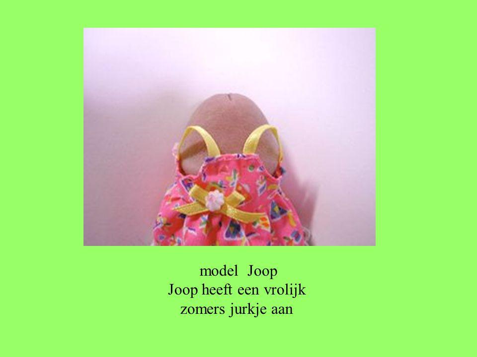 model Joop Joop heeft een vrolijk zomers jurkje aan