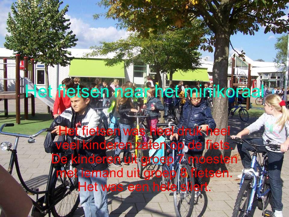 Het fietsen naar het minikoraal Het fietsen was heel druk heel veel kinderen zaten op de fiets. De kinderen uit groep 7 moesten met iemand uit groep 8