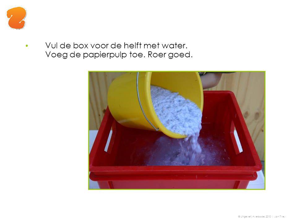 Vul de box voor de helft met water. Voeg de papierpulp toe. Roer goed. © Uitgeverij Averbode, 2010 | Jan Tilley