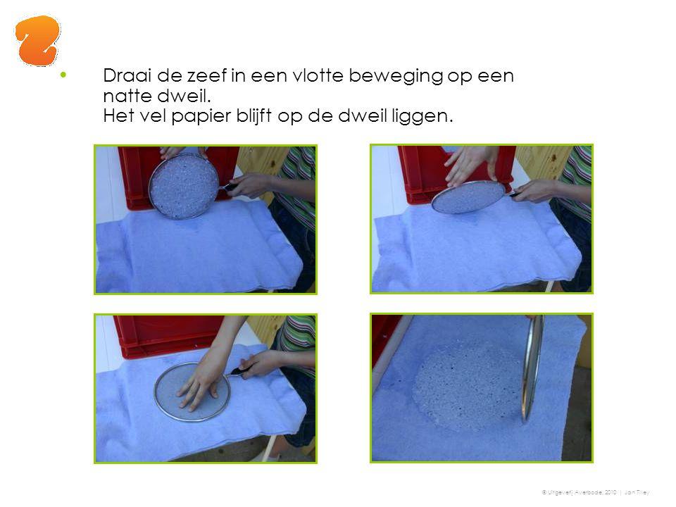 Draai de zeef in een vlotte beweging op een natte dweil. Het vel papier blijft op de dweil liggen. © Uitgeverij Averbode, 2010 | Jan Tilley