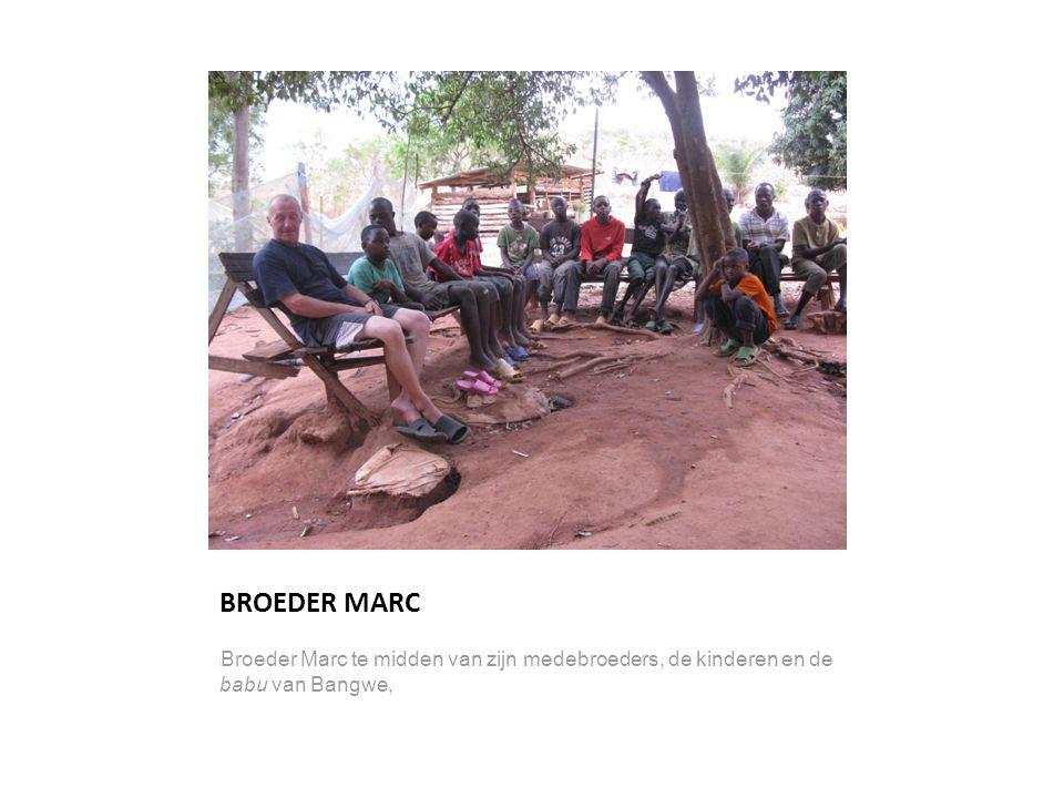 BROEDER MARC l Broeder Marc te midden van zijn medebroeders, de kinderen en de babu van Bangwe,