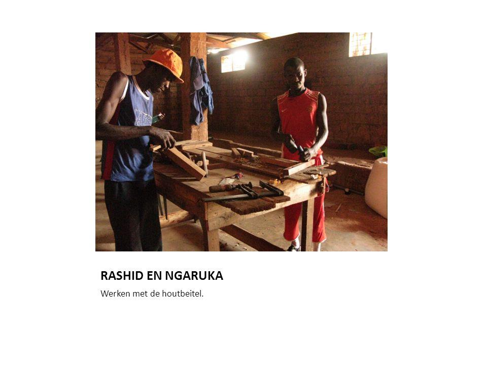 RASHID EN NGARUKA Werken met de houtbeitel.