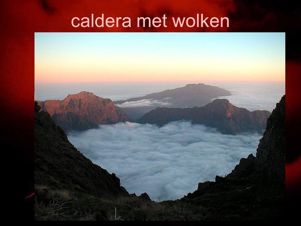 caldera met wolken