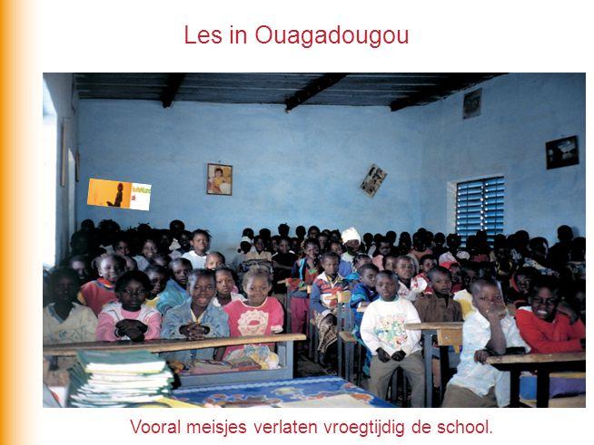Les in Ouagadougou Vooral meisjes verlaten vroegtijdig de school.