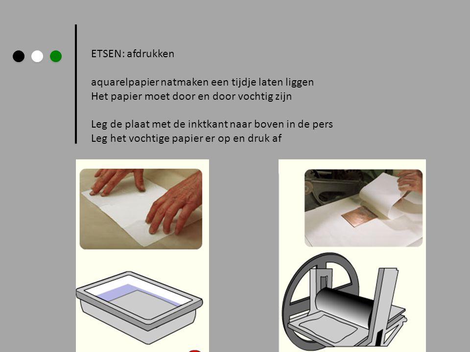 ETSEN: afdrukken aquarelpapier natmaken een tijdje laten liggen Het papier moet door en door vochtig zijn Leg de plaat met de inktkant naar boven in d