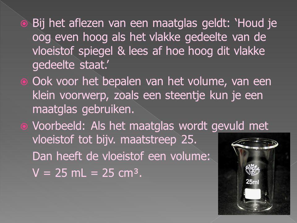  Voor het meten van het volume van een vloeistof is een maatglas nodig.  Op het maatglas staan aan de zijkant strepen en getallen dat is de schaalve