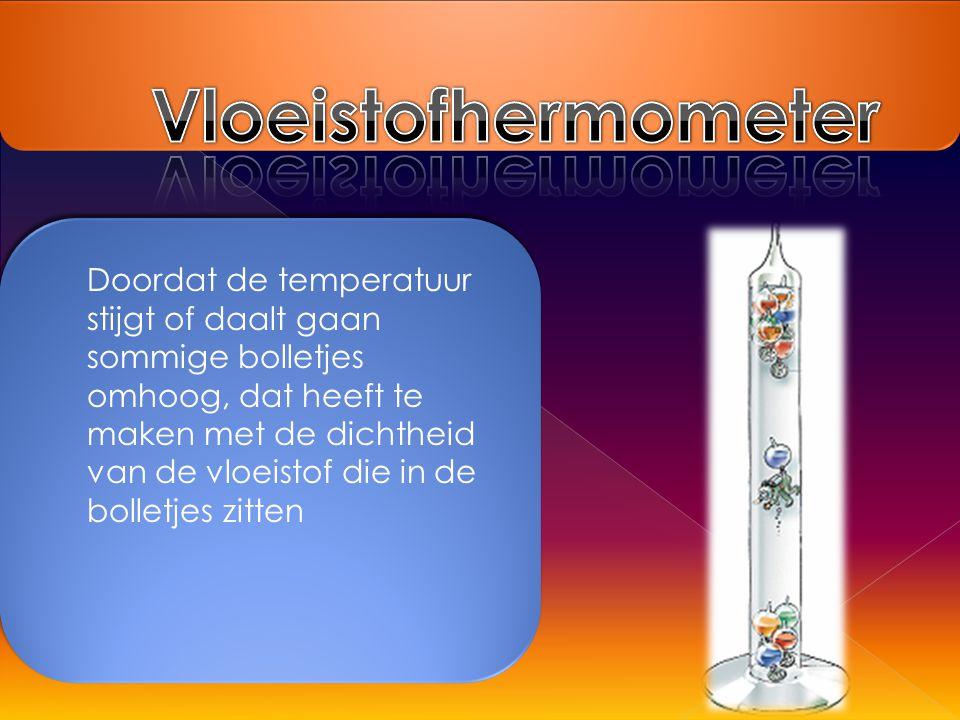 Doordat de temperatuur stijgt of daalt gaan sommige bolletjes omhoog, dat heeft te maken met de dichtheid van de vloeistof die in de bolletjes zitten