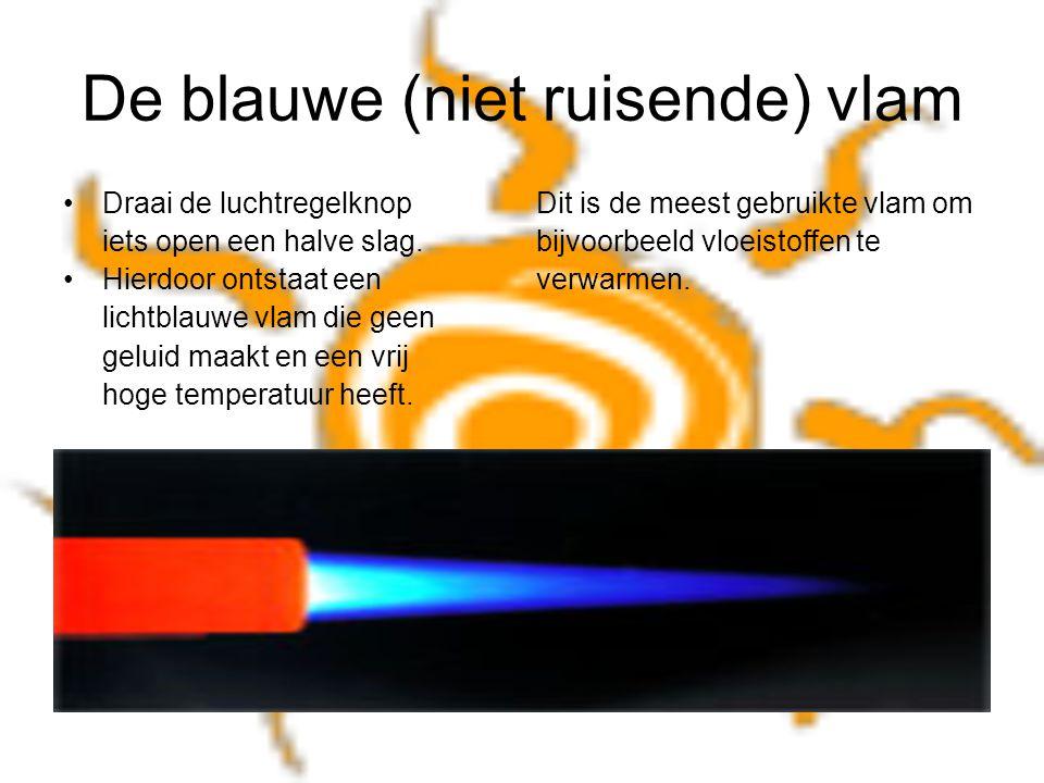 De blauwe (niet ruisende) vlam Draai de luchtregelknop Dit is de meest gebruikte vlam om iets open een halve slag. bijvoorbeeld vloeistoffen te Hierdo