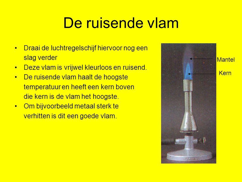 Practicum Stoffen die je bij een practicum gebruikt heten= Chemicaliën Dit mag je nooit aanraken of proeven Gebruik meestal een spatelpunt voor stoffen en voor vloeistoffen zo'n 2 mL.