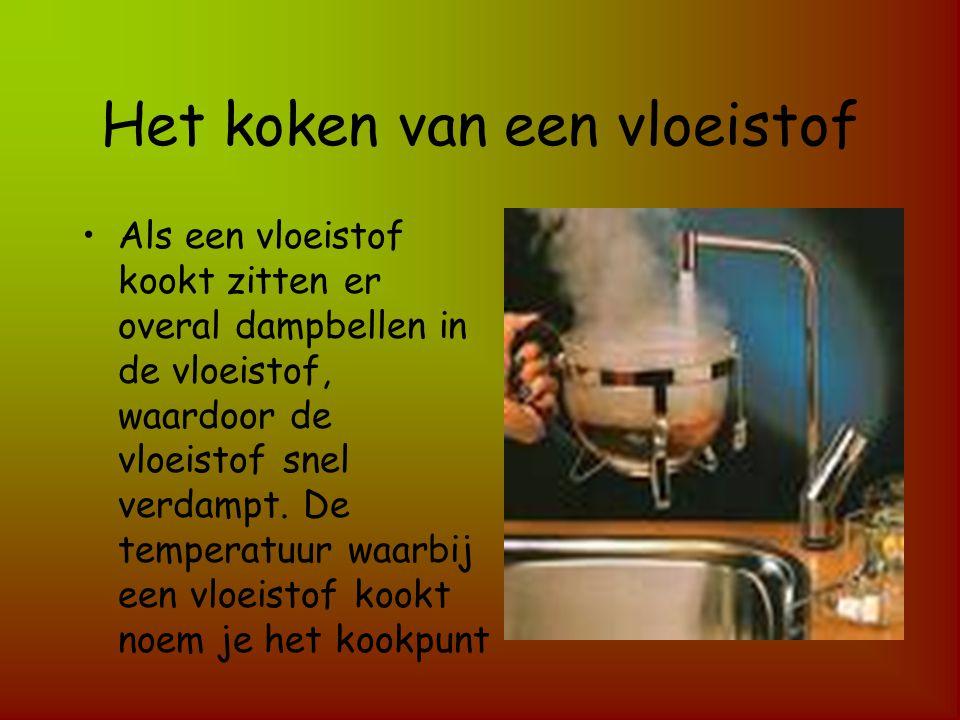 Het koken van een vloeistof Als een vloeistof kookt zitten er overal dampbellen in de vloeistof, waardoor de vloeistof snel verdampt. De temperatuur w