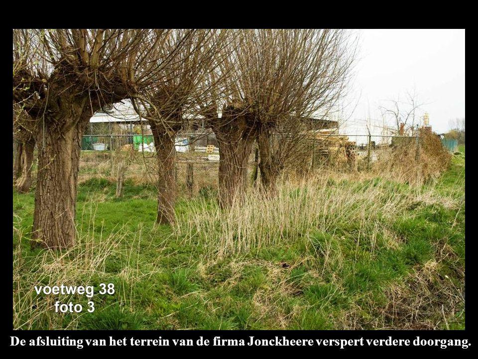 De afsluiting van het terrein van de firma Jonckheere verspert verdere doorgang.