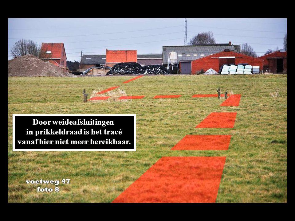 Door weideafsluitingen in prikkeldraad is het tracé vanaf hier niet meer bereikbaar.
