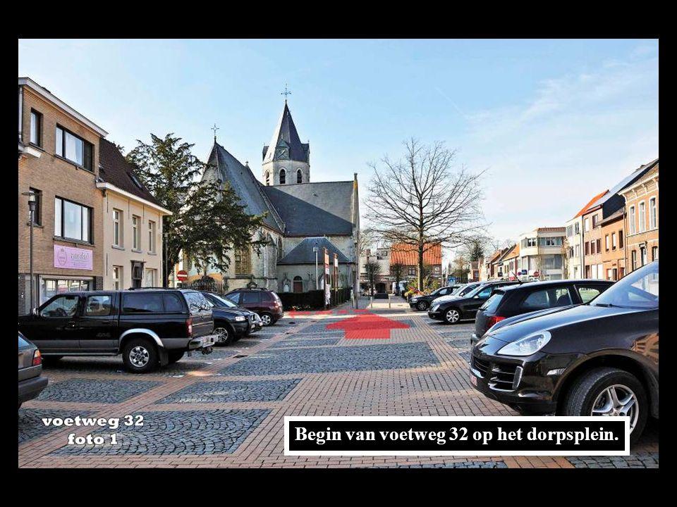 Begin van voetweg 32 op het dorpsplein.