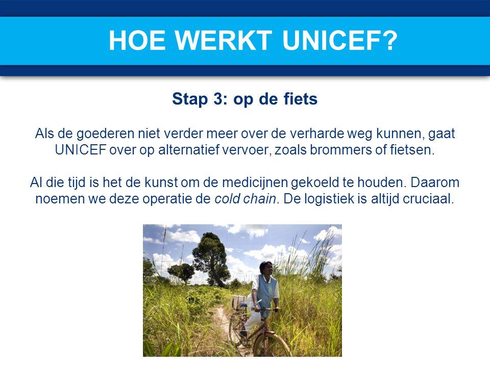 Stap 3: op de fiets Als de goederen niet verder meer over de verharde weg kunnen, gaat UNICEF over op alternatief vervoer, zoals brommers of fietsen.