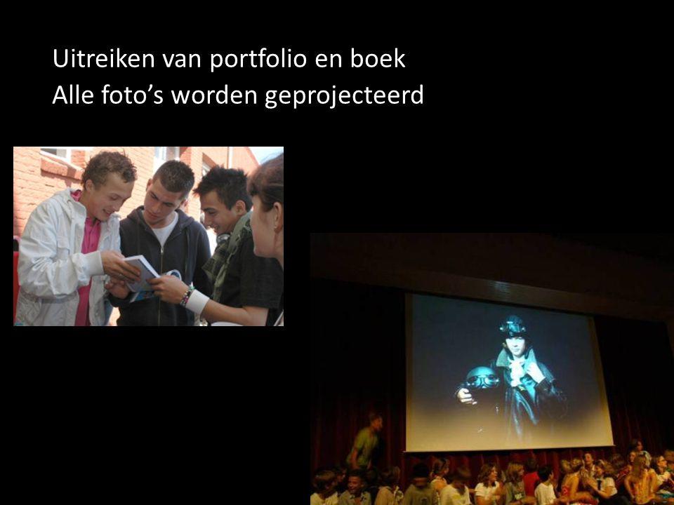 Uitreiken van portfolio en boek Alle foto's worden geprojecteerd