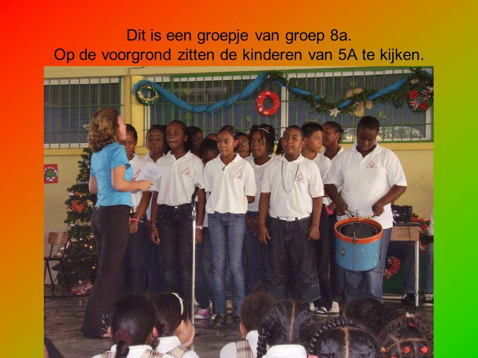 Dit is een groepje van groep 8a. Op de voorgrond zitten de kinderen van 5A te kijken.