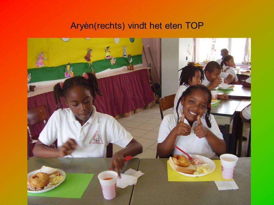 Aryèn(rechts) vindt het eten TOP
