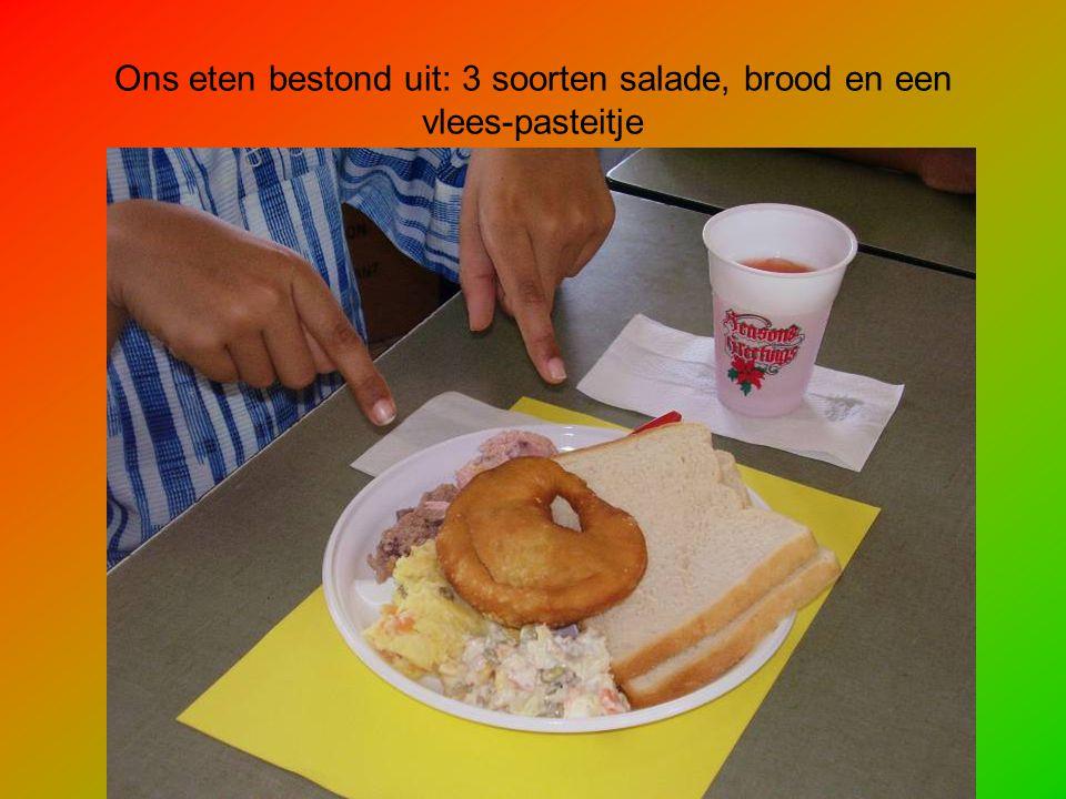 Ons eten bestond uit: 3 soorten salade, brood en een vlees-pasteitje