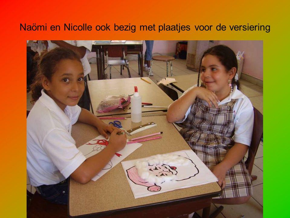 Naömi en Nicolle ook bezig met plaatjes voor de versiering