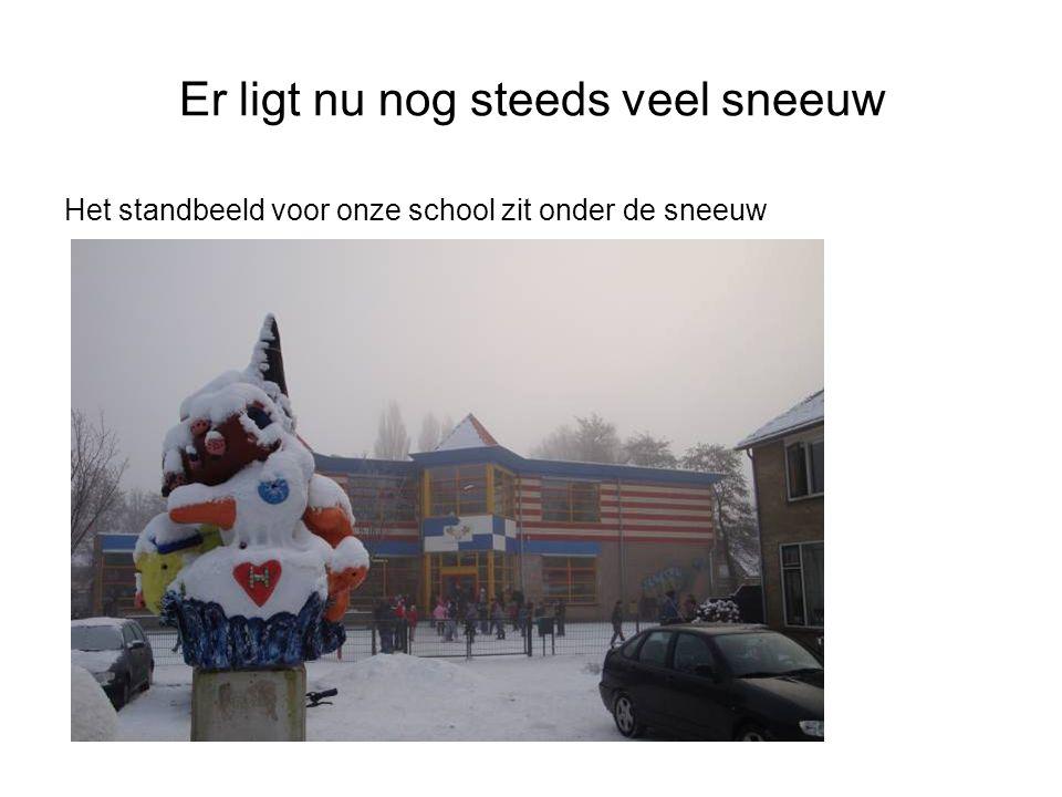 Er ligt nu nog steeds veel sneeuw Het standbeeld voor onze school zit onder de sneeuw