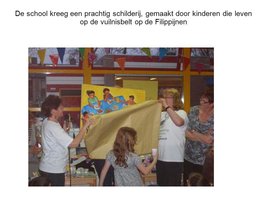De school kreeg een prachtig schilderij, gemaakt door kinderen die leven op de vuilnisbelt op de Filippijnen