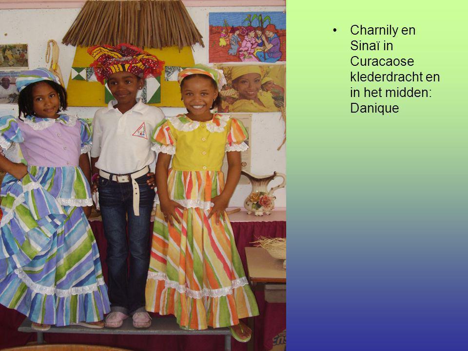 Charnily en Sinaï in Curacaose klederdracht en in het midden: Danique