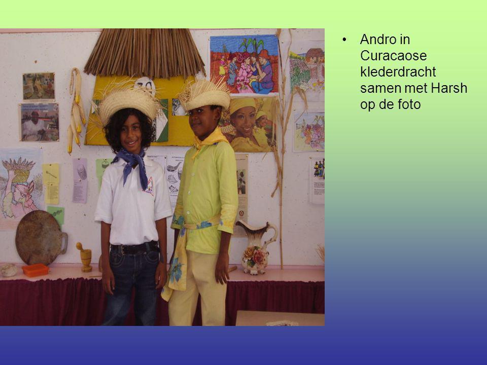 Andro in Curacaose klederdracht samen met Harsh op de foto