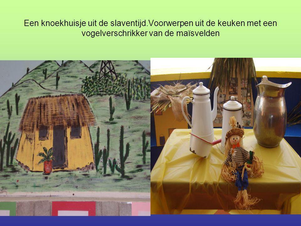 Een knoekhuisje uit de slaventijd.Voorwerpen uit de keuken met een vogelverschrikker van de maïsvelden