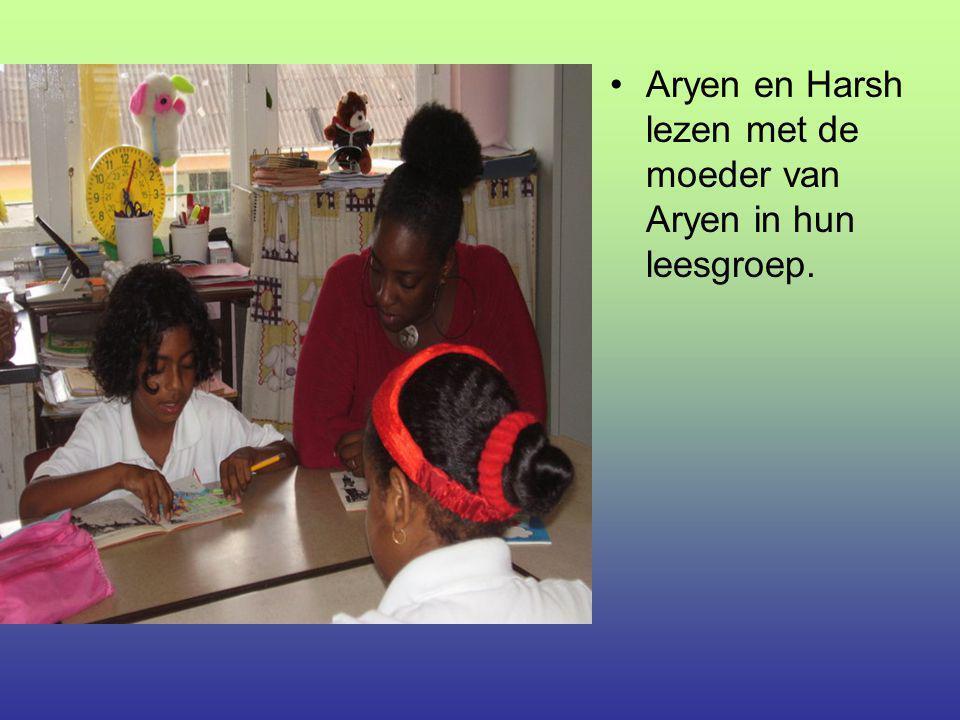 Aryen en Harsh lezen met de moeder van Aryen in hun leesgroep.