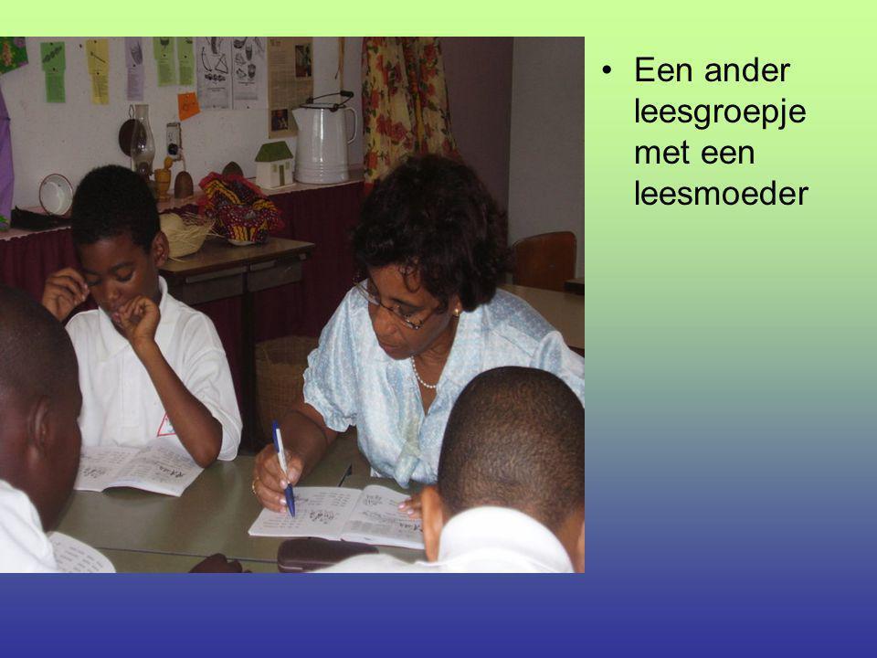Een ander leesgroepje met een leesmoeder