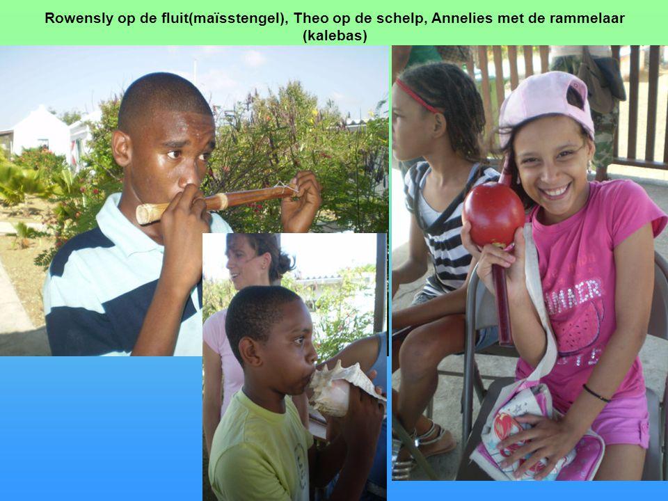 Rowensly op de fluit(maïsstengel), Theo op de schelp, Annelies met de rammelaar (kalebas)