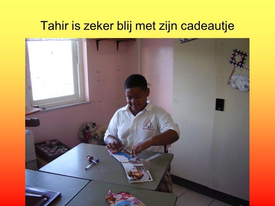 Tahir is zeker blij met zijn cadeautje