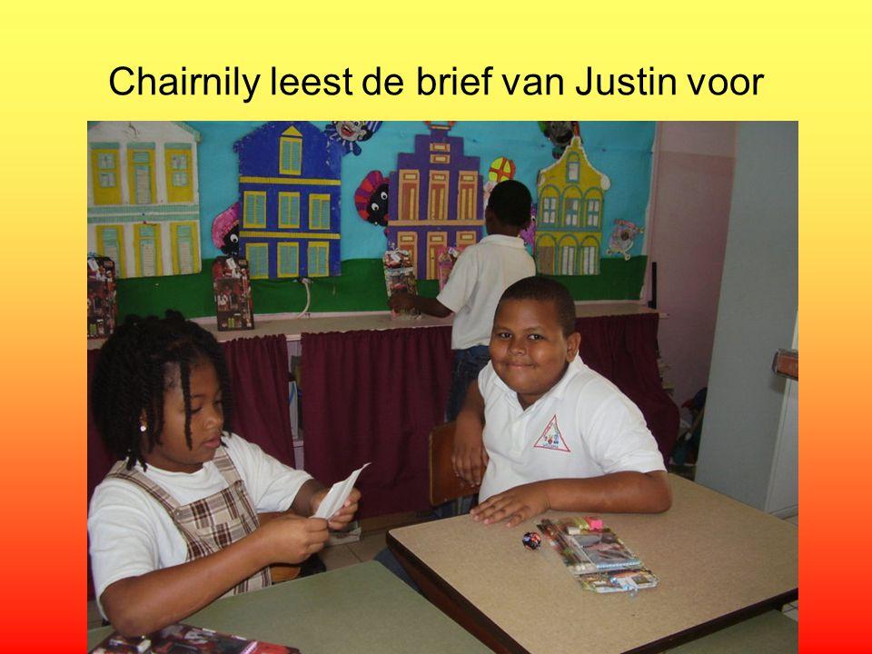 Chairnily leest de brief van Justin voor