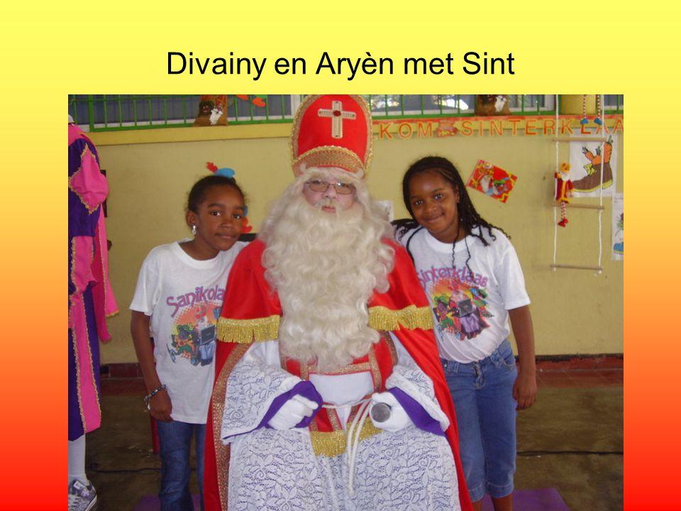 Sint en Pieten kijken nieuwsgierig toe