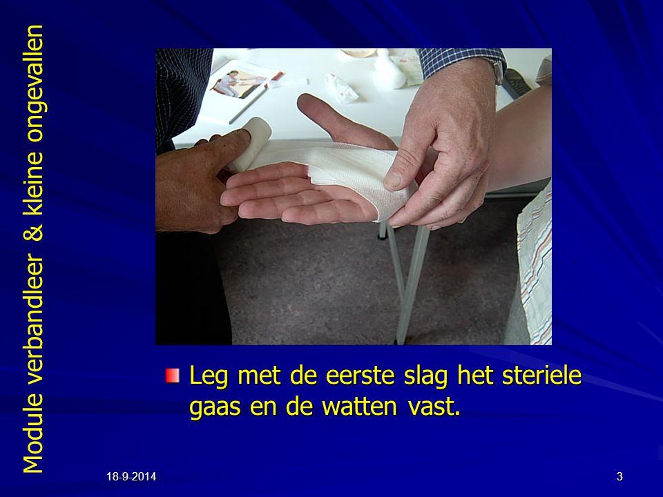 Module verbandleer & kleine ongevallen 18-9-20143 Leg met de eerste slag het steriele gaas en de watten vast.
