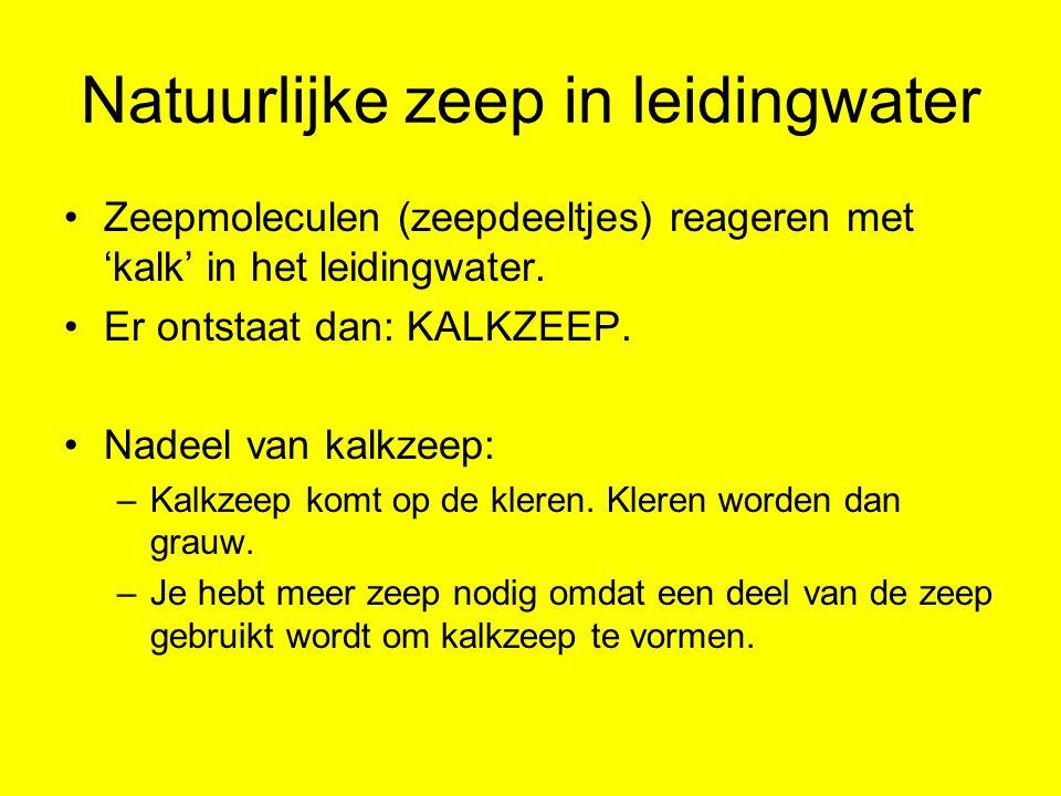 Natuurlijke zeep in leidingwater Zeepmoleculen (zeepdeeltjes) reageren met 'kalk' in het leidingwater. Er ontstaat dan: KALKZEEP. Nadeel van kalkzeep: