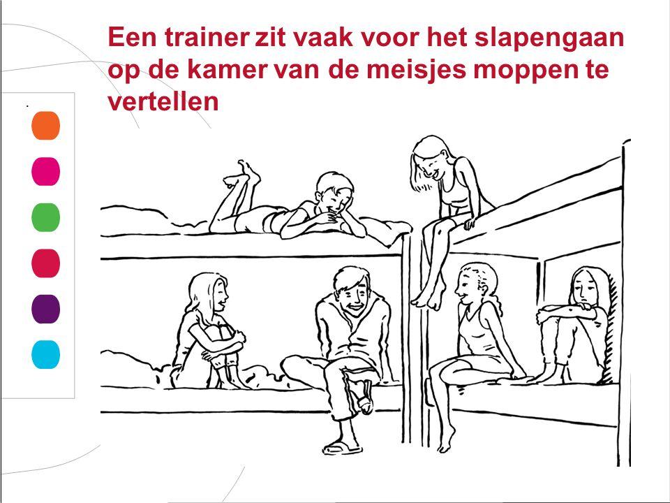 Een trainer zit vaak voor het slapengaan op de kamer van de meisjes moppen te vertellen.