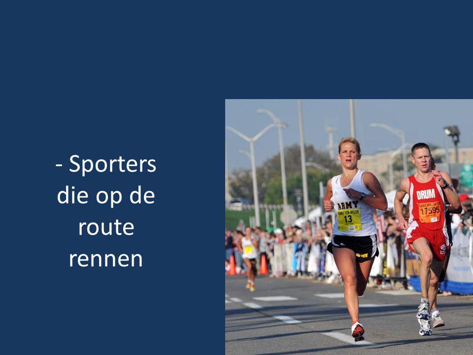 - Sporters die op de route rennen