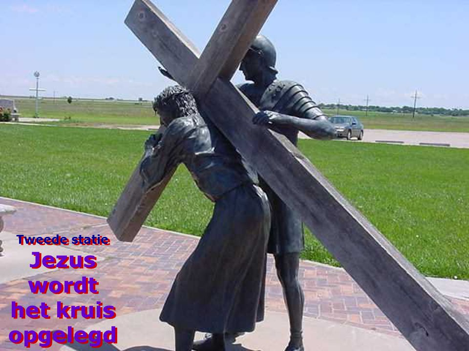 Tweede statie Jezus wordt het kruis opgelegd