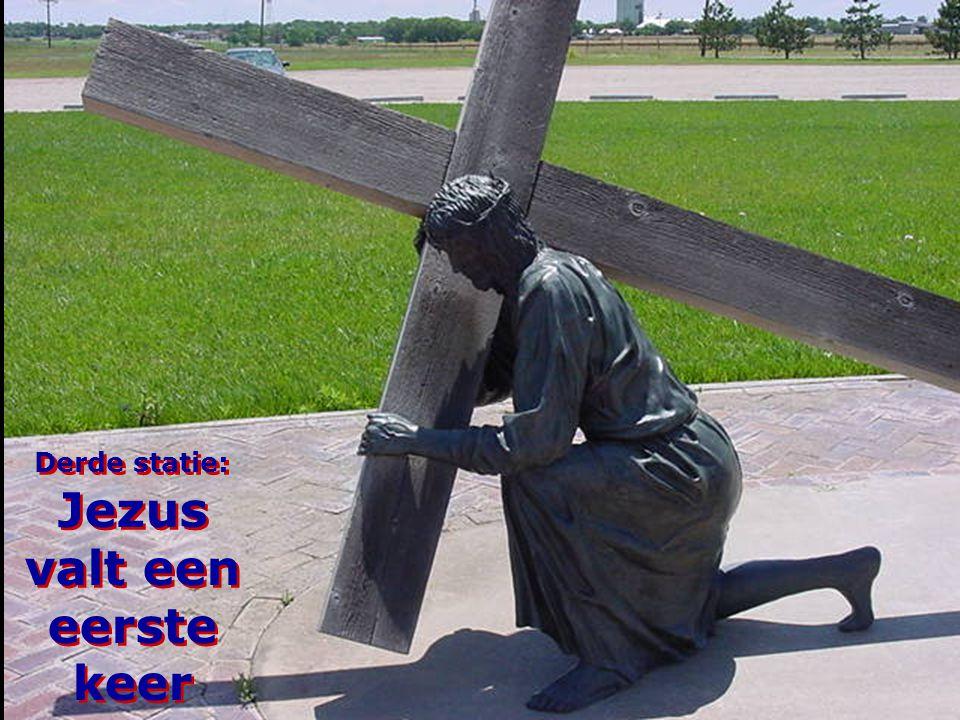 Derde statie: Jezus valt een eerste keer
