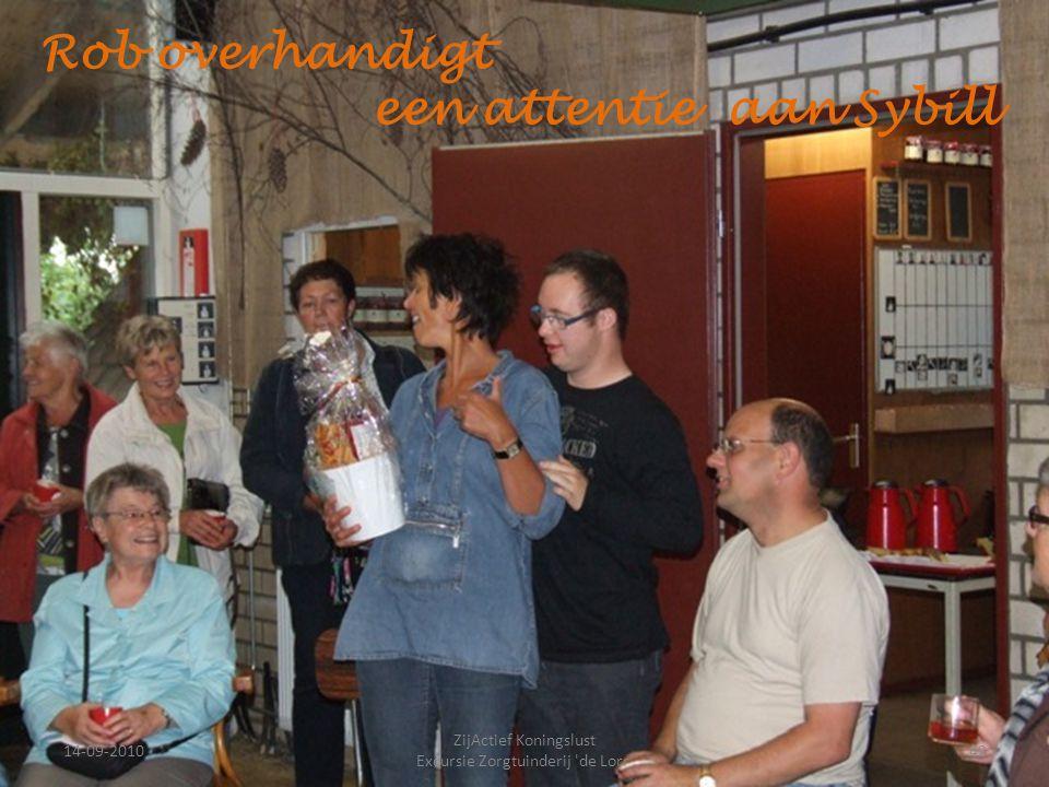 14-09-201042 ZijActief Koningslust Excursie Zorgtuinderij 'de Lorr' Rob overhandigt een attentie aan Sybill