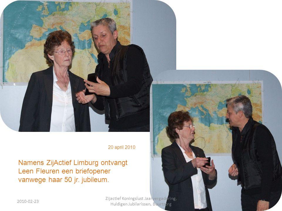 2010-02-2353 Zijactief Koningslust Jaarvergadering, Huldigen Jubilarissen, Buurtzorg 20 april 2010 Namens ZijActief Limburg ontvangt Leen Fleuren een briefopener vanwege haar 50 jr.