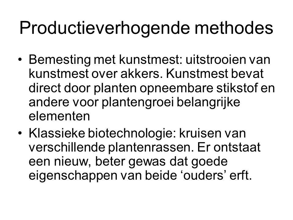 Productieverhogende methodes Bemesting met kunstmest: uitstrooien van kunstmest over akkers. Kunstmest bevat direct door planten opneembare stikstof e