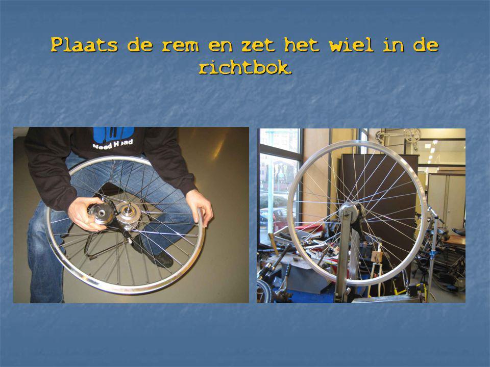 Plaats de rem en zet het wiel in de richtbok.