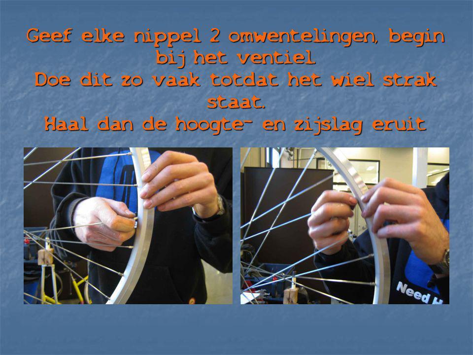Geef elke nippel 2 omwentelingen, begin bij het ventiel. Doe dit zo vaak totdat het wiel strak staat. Haal dan de hoogte- en zijslag eruit