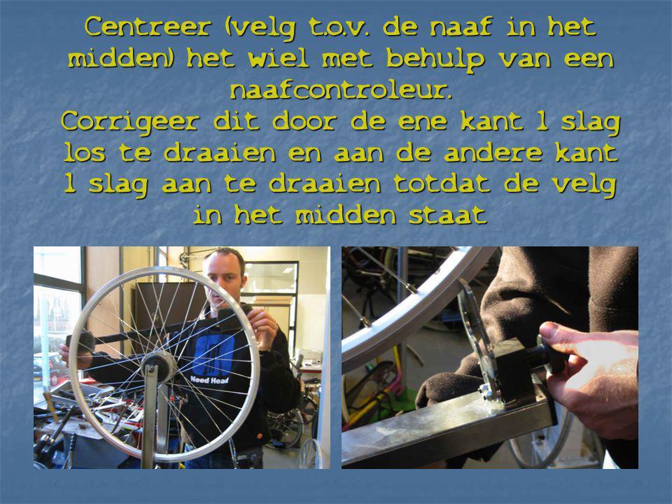 Centreer (velg t.o.v. de naaf in het midden) het wiel met behulp van een naafcontroleur. Corrigeer dit door de ene kant 1 slag los te draaien en aan d