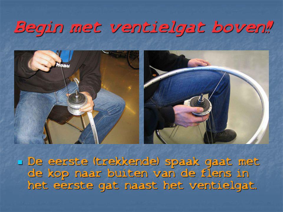 Begin met ventielgat boven!! De eerste (trekkende) spaak gaat met de kop naar buiten van de flens in het eerste gat naast het ventielgat. De eerste (t