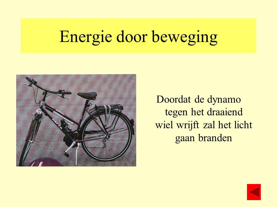 Energie door beweging Doordat de dynamo tegen het draaiend wiel wrijft zal het licht gaan branden