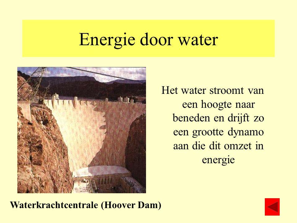 Energie door water Het water stroomt van een hoogte naar beneden en drijft zo een grootte dynamo aan die dit omzet in energie Waterkrachtcentrale (Hoo