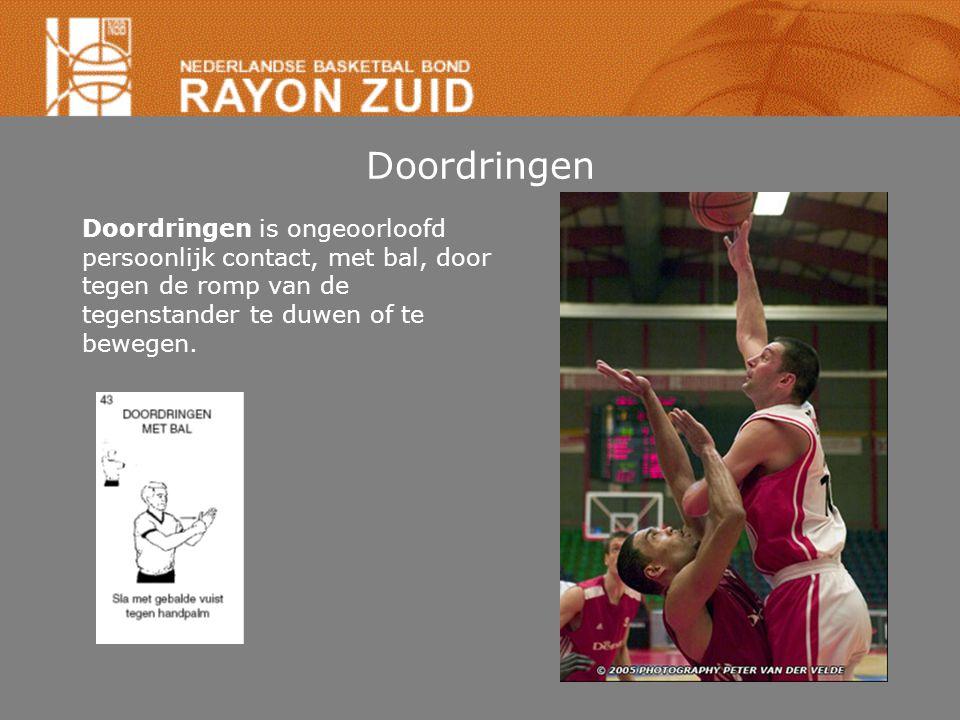 Doordringen Doordringen is ongeoorloofd persoonlijk contact, met bal, door tegen de romp van de tegenstander te duwen of te bewegen.